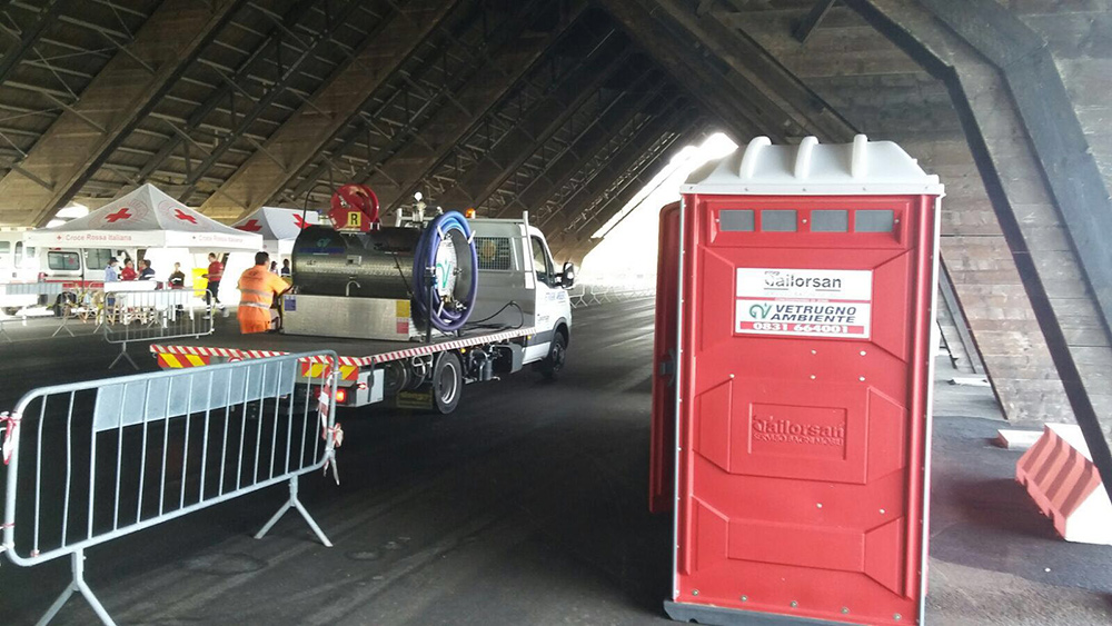 Bagni chimici al campo profughi di brindisi tailorsan - Noleggio bagni chimici firenze ...
